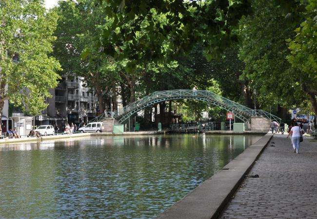 A stroll and a picnic by the Canal Saint Martin